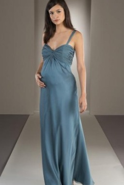2623f1d0a0627 اظهري جمالك اثناء الحمل بفساتين السهرات الأنيقة