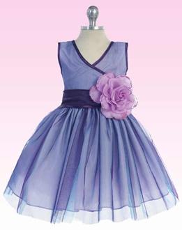 648a3b6da الفستان الرابع باللون الأزرق الفاتح بفتحة صدر مثلثة وحزام باللون الأزرق  الداكن، بزهرة كبيرة على جانب الخصر وتنورة قصيرة واسعة منفوشة من طيات القماش.
