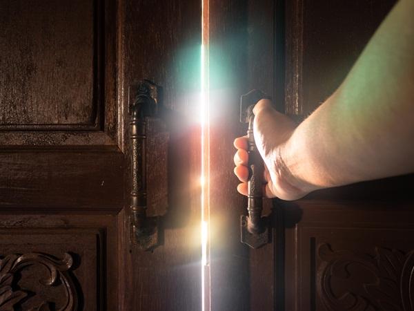 فتح الباب في المنام للعزباء نواعم