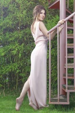 cc3da9a50 تظهر متألقة فى فستان ناعم و رقيق للغاية حيث لا يوجد فيه تظريزات أو أى حلى  إضافية و هو فستان ذو خطوط مستقيمة و يتم ربطه على الرقبه .