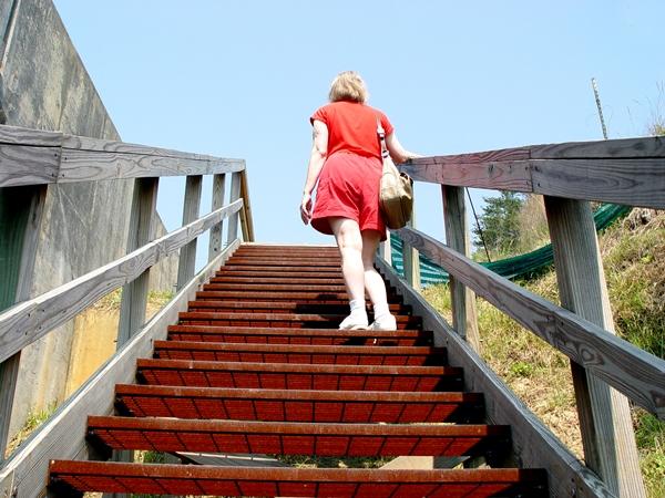 تفسير صعود الدرج في المنام للعزباء نواعم