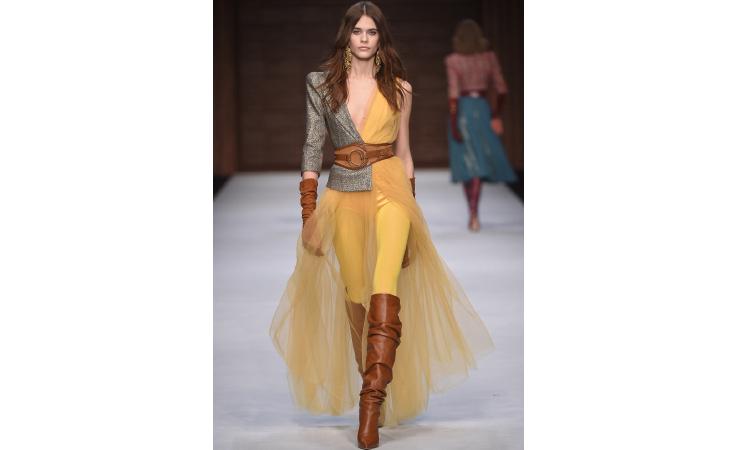 42f71d3d8 هذه هي أجمل فساتين أسبوع الموضة في ميلانو بتوقيع كبار مصمّمي الأزياء ...