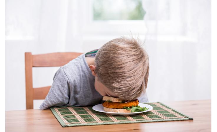 هذه الأطعمة.. لا تقدّميها لأطفالك قبل النوم!