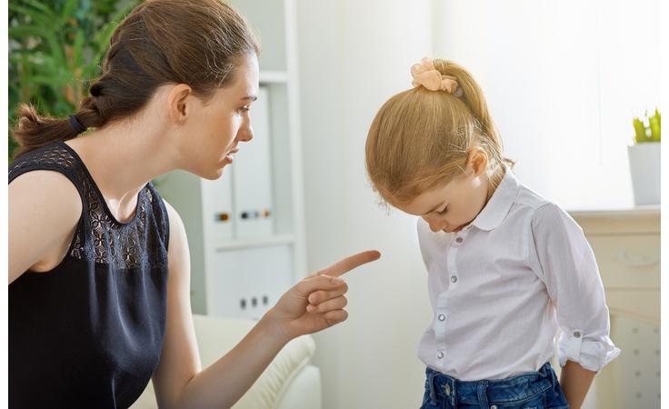 احذري! هذه السلوكيات تدلّ على أنك تتحولين إلى أمّ مؤذية