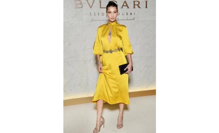 بيلا حديد متألقة بفستان أصفر في دبي