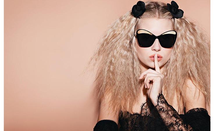 لوتي موس مذهلة في حملة شانيل الإعلانية للنظارات الشمسية!