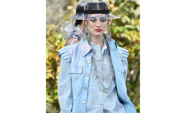 شانيل تختتم أسبوع الموضة الباريسيّ: تمّيز ورقيّ في الشعر والمكياج
