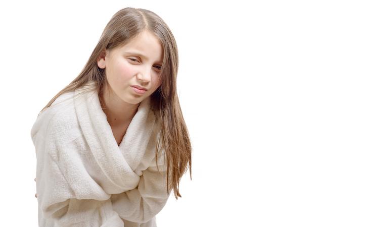 آلام البطن لدى أولادك.. تعرّفي إلى الأسباب والحلول