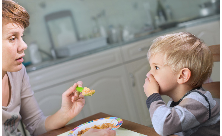 طفلك يرفض تذوّق طعام جديد.. فكيف تتصرّفين؟