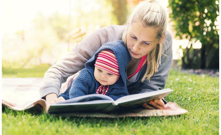 هكذا تبنين علاقة طفلك الأولى بالكتب والقراءة