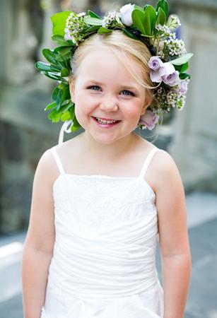 الورود لتزيين شعر طفلتك في الربيع
