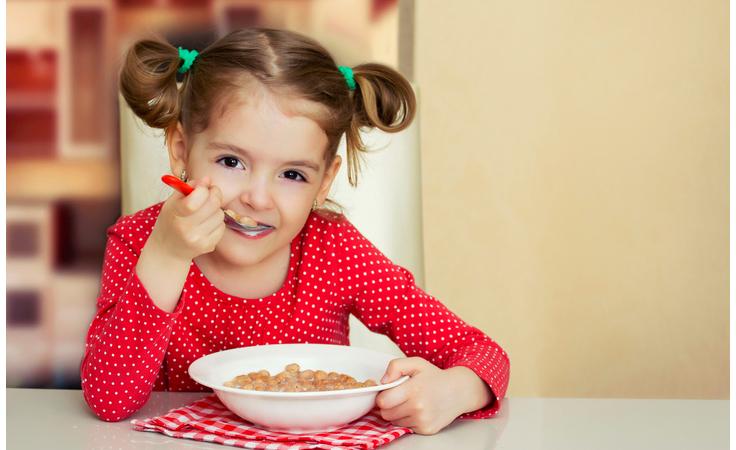 كيف يؤثّر ما تضعينه في حقيبة طعام أطفالك على تركيزهم؟