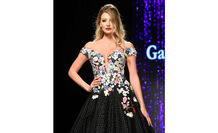 74fa6a2d91afc الأزهار تكسو عرض أزياء غابي صليبا