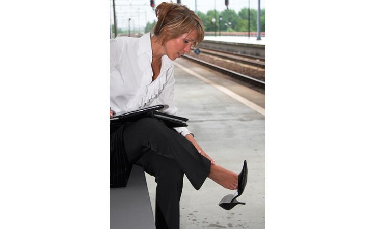 كيف توسّعين حذائك ببضع خدع؟