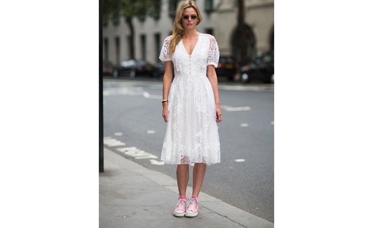 كيف ترتدين الفستان مع الحذاء الرياضي هذا الربيع؟