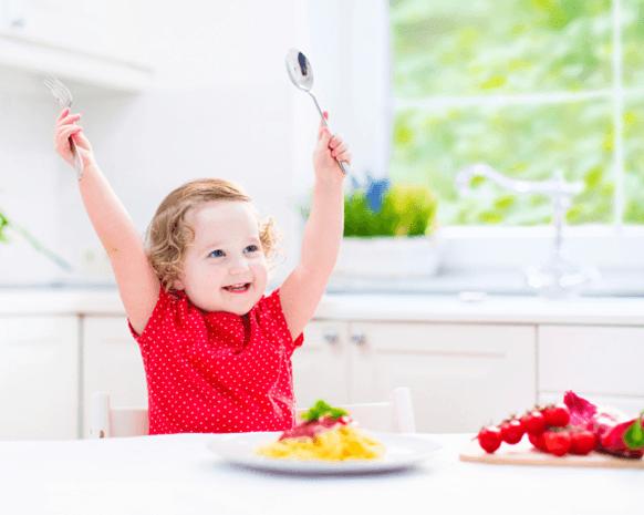خطوات مفيدة لمساعدة طفلك على تناول الطعام بمفرده