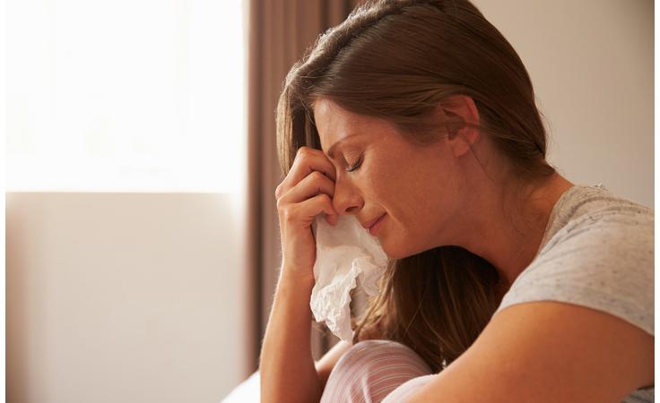 بكاؤك أمام طفلك... متى يكون مسموحاً ومتى يضرّ به؟