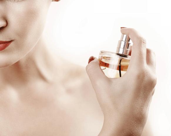 9 طرق لزيادة تأثير رائحة عطركِ
