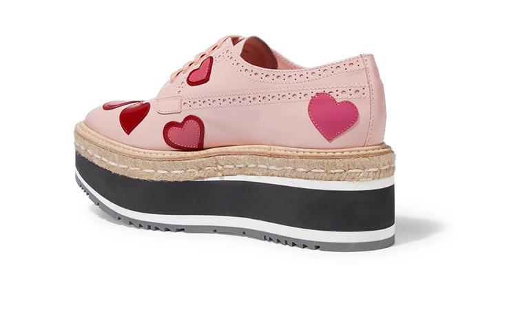 حذاء يعبق بالحب من برادا