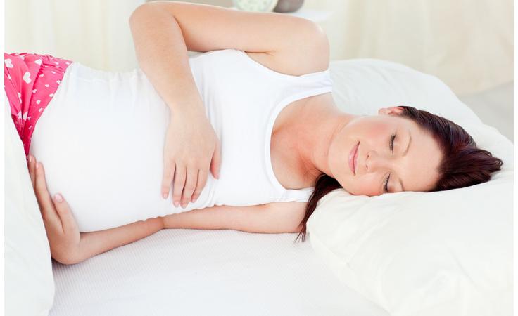 للحامل: نصائح مهمّة للنوم بسلام في أيام الحرّ الشديد