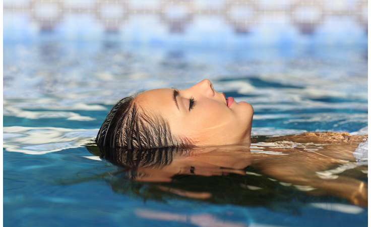كيف تحافظين على لون صبغة شعركِ بعد السباحة؟
