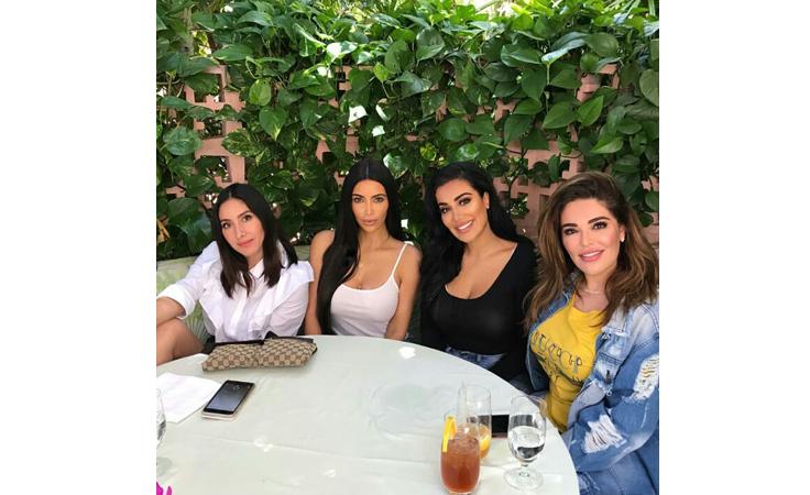 مدونة عربية شهيرة تتناول الغذاء مع كيم كاردشيان.. ما السبب؟