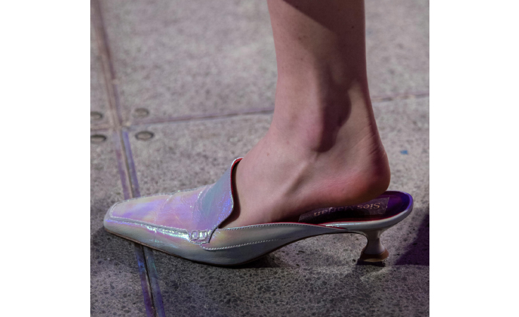 9c9bae504f4a0 أجمل موديلات الأحذية وتصاميم الشنط التي رأيناها في أسابيع الموضة 2018