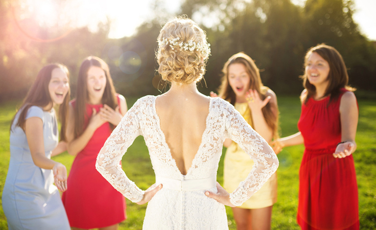 هذه هي سلبيّات وإيجابيّات أن تكوني أولى المتزوّجات بين صديقاتك