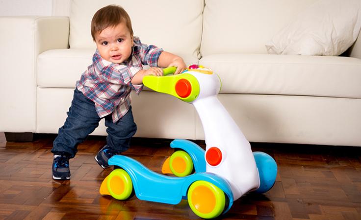 4 أسباب تؤكّد أن المشاية مضرّة جداً لطفلك