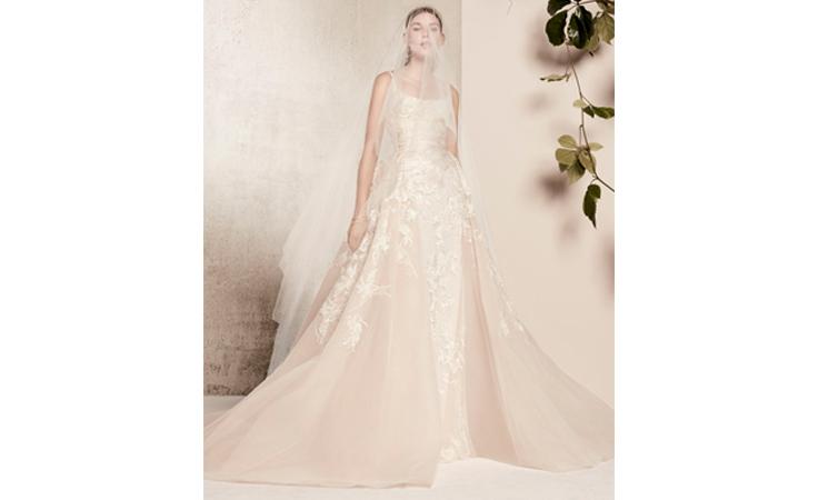04c802c4b2e96 فساتين زفاف إيلي صعب لربيع 2018 تعدك بإطلالة الأميرات