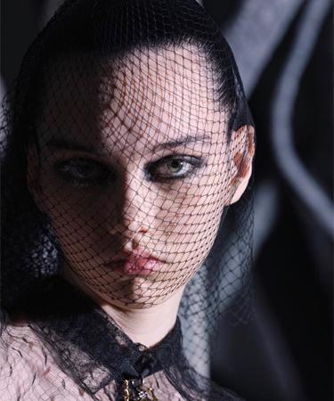 مكياج عيون أسود لعارضات ديور.. قوّة المرأة في عينيها!