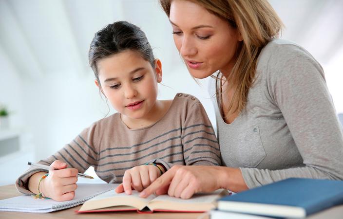 أشياء تفعلينها لتحسين درجات طفلك في المدرسة