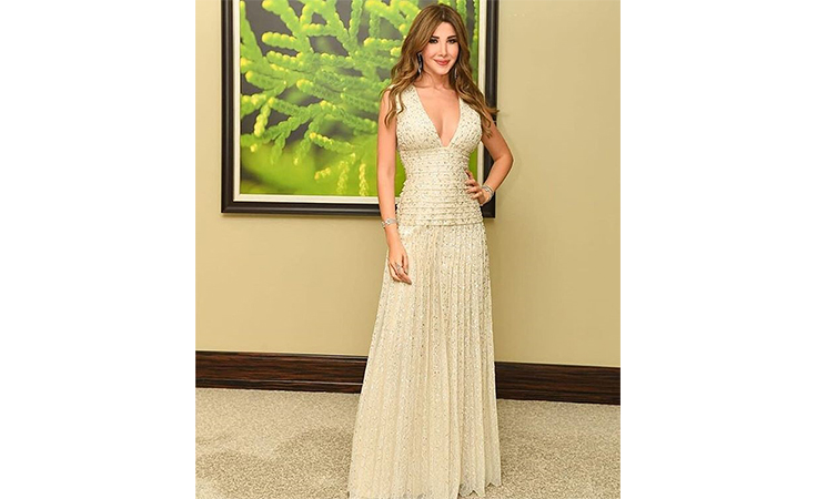 نانسي عجرم موفّقة في خيارها للفستان الأبيض المطرّز في حفلة قبرص