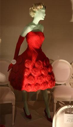 أجمل فساتين فرح الأميرات من فالانتينو في معرض تكريمي للمصمّم