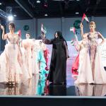 منى المنصوري ترفع مع العارضات العلم الإماراتي عالياً في ختام عرضها!