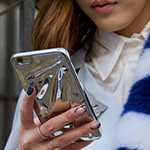 ما هو تأثير هاتفكِ على بشرتكِ؟