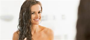 التدليك بالزيوت والأقنعة العشبية تغطّي الشعر الرمادي طبيعياً