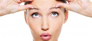 كيف تؤثر وضعية نومكِ على شيخوخة بشرتكِ؟