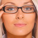 ما هي الخدعة الأهم للحفاظ على مكياجكِ حين ترتدين النظارات؟