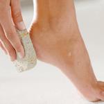 3 علاجات منزلية للتخلّص من الكعوب المتشققة
